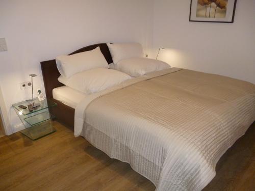 1-Schlafzimmer-1-grosses-Doppelbett
